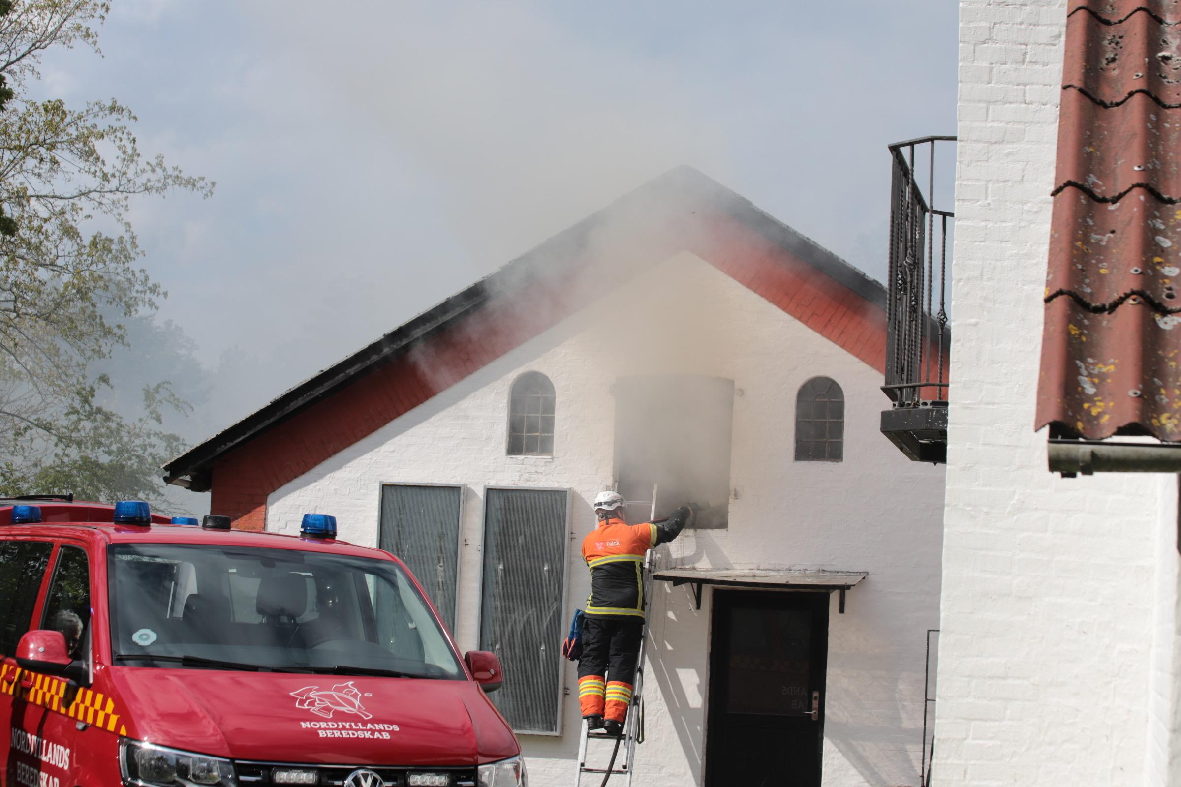 Brand på gård i Sindal - Dyr i fare
