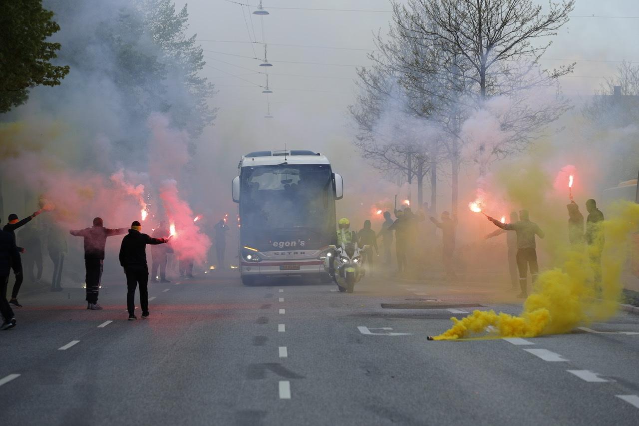Brøndby fans tager imod spillerbus på Østerbro