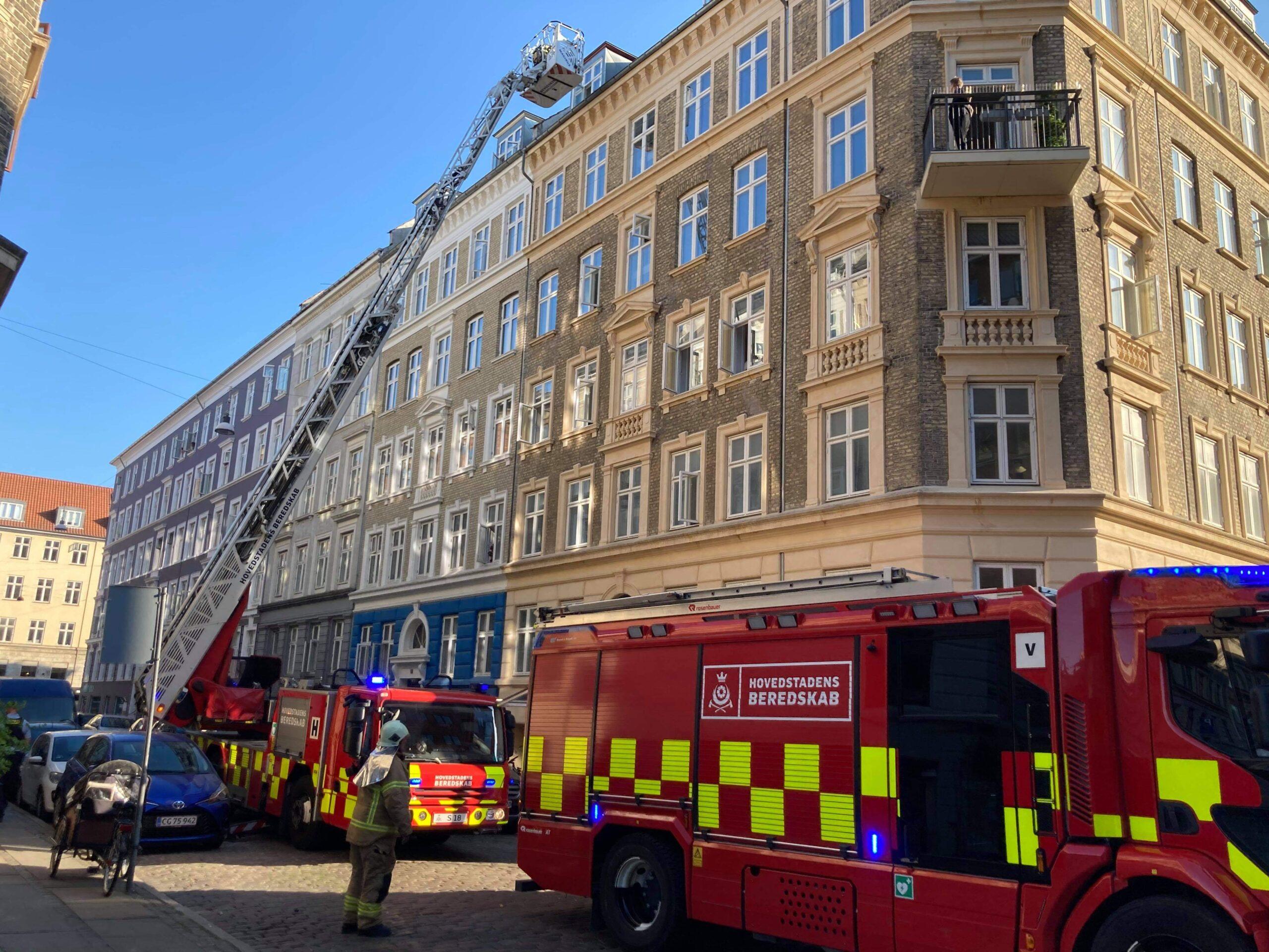 Lejlighedsbrand i København - brandvæsnet er talstærkt til stede