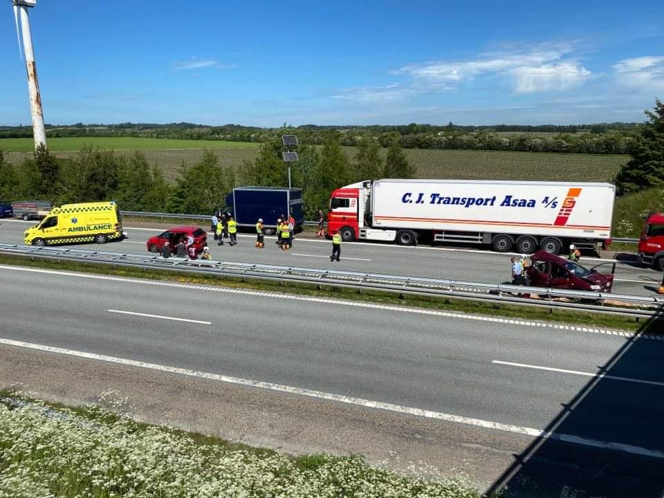 Voldsom ulykke spærrer motorvej - 4 ambulancer fremme