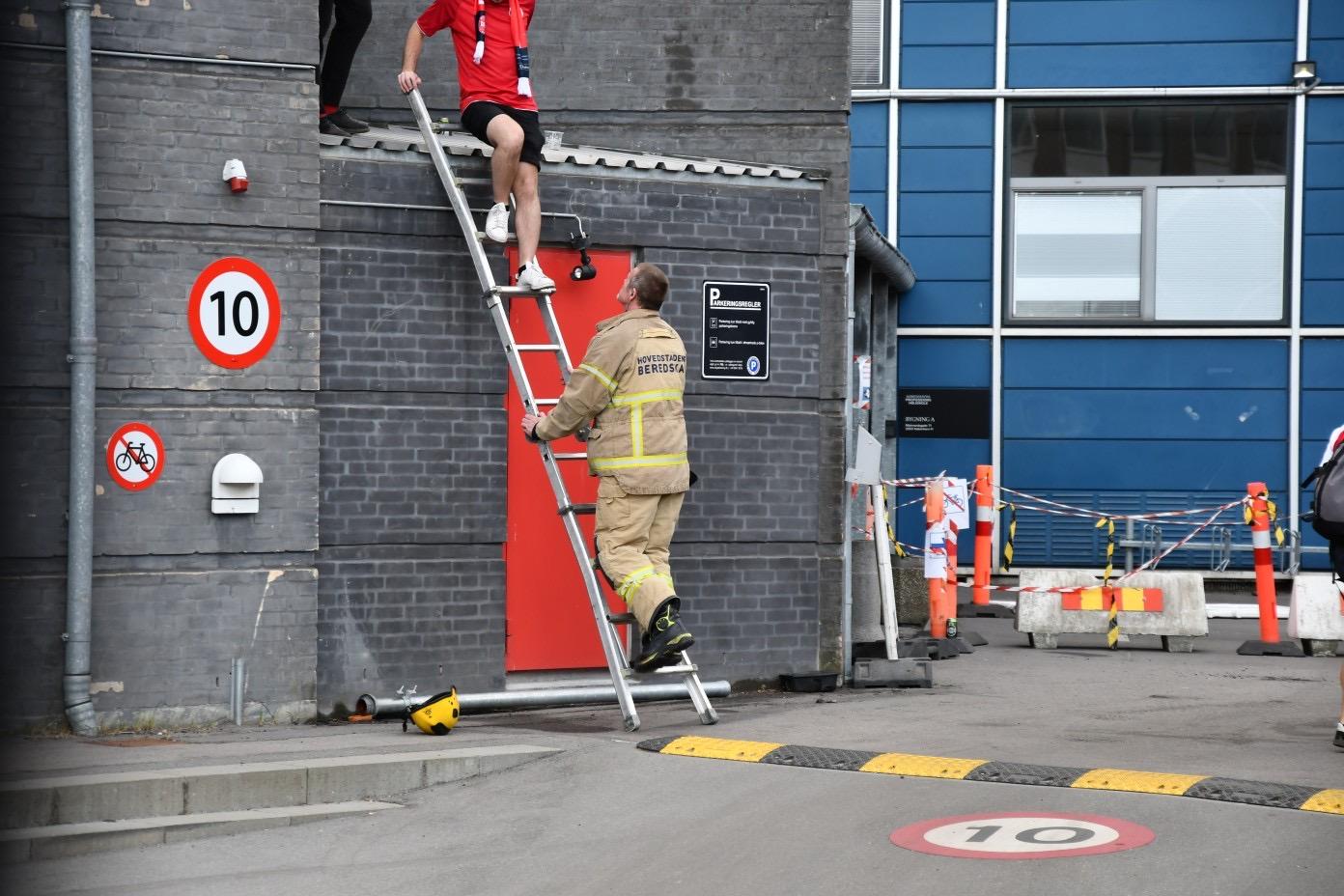 Fans reddet ned fra tag - København