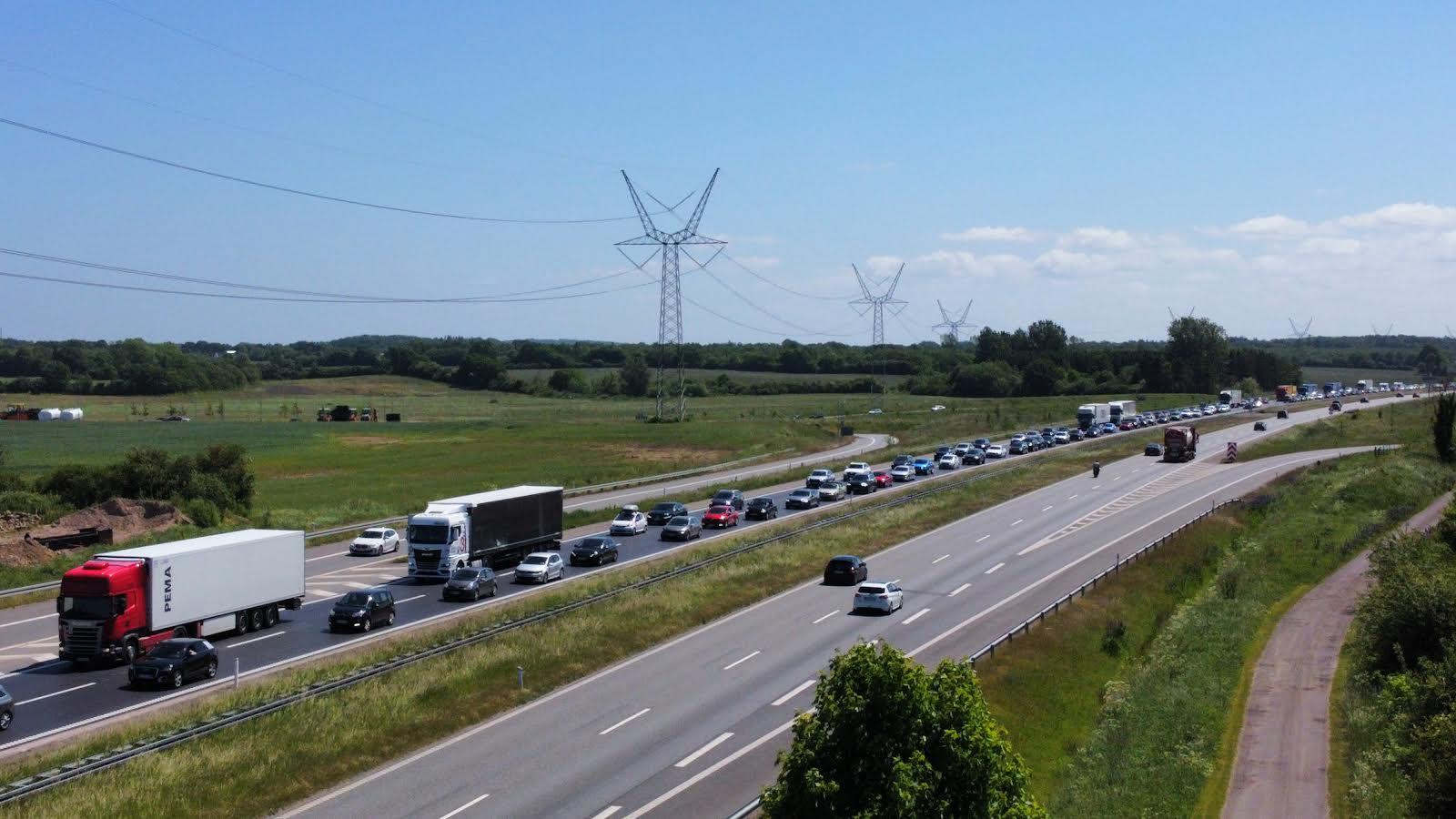 Større kø på sønderjysk motorvej i forbindelse med en bilbrand