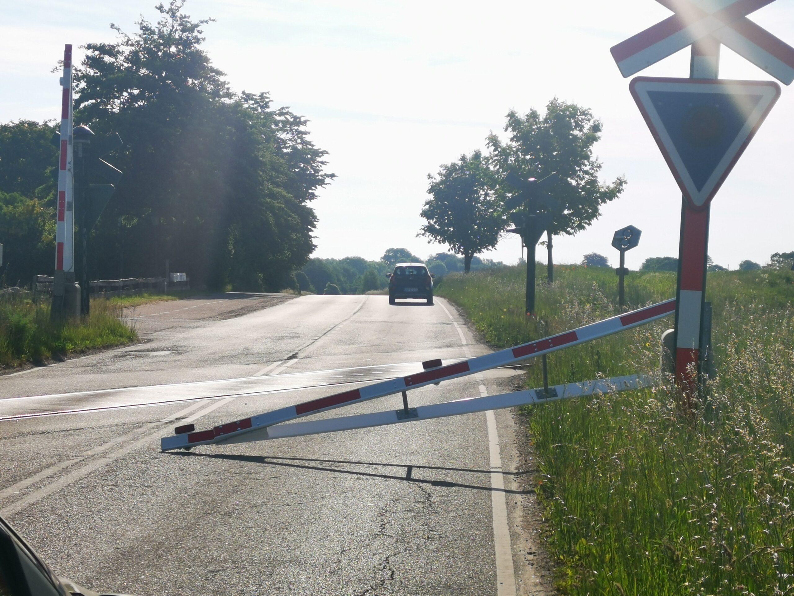 Bil har påkørt jernbane bom ved Græsted