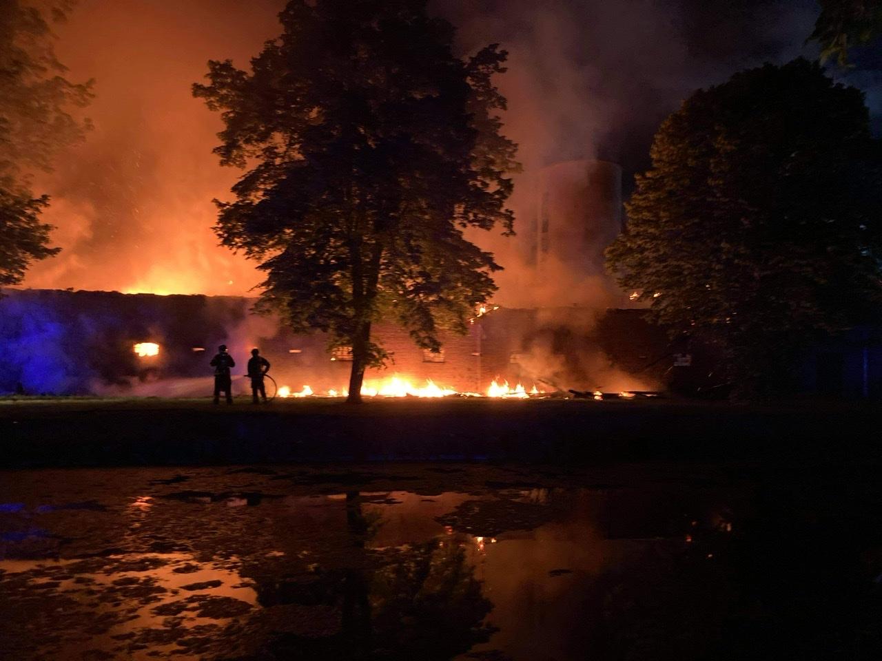 Heftig brand raser i Svinninge natten til lørdag