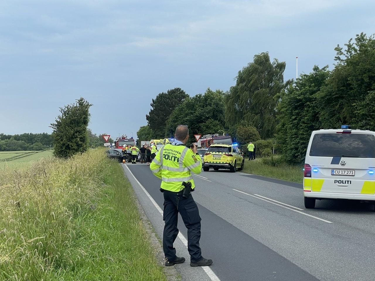 Voldsom ulykke spærrer vej på Fyn