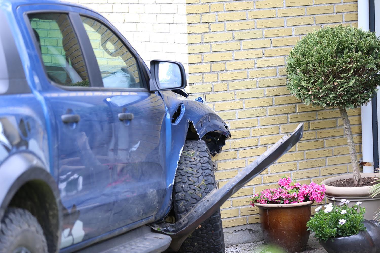 Voldsomt uheld - bil har påkørt hus