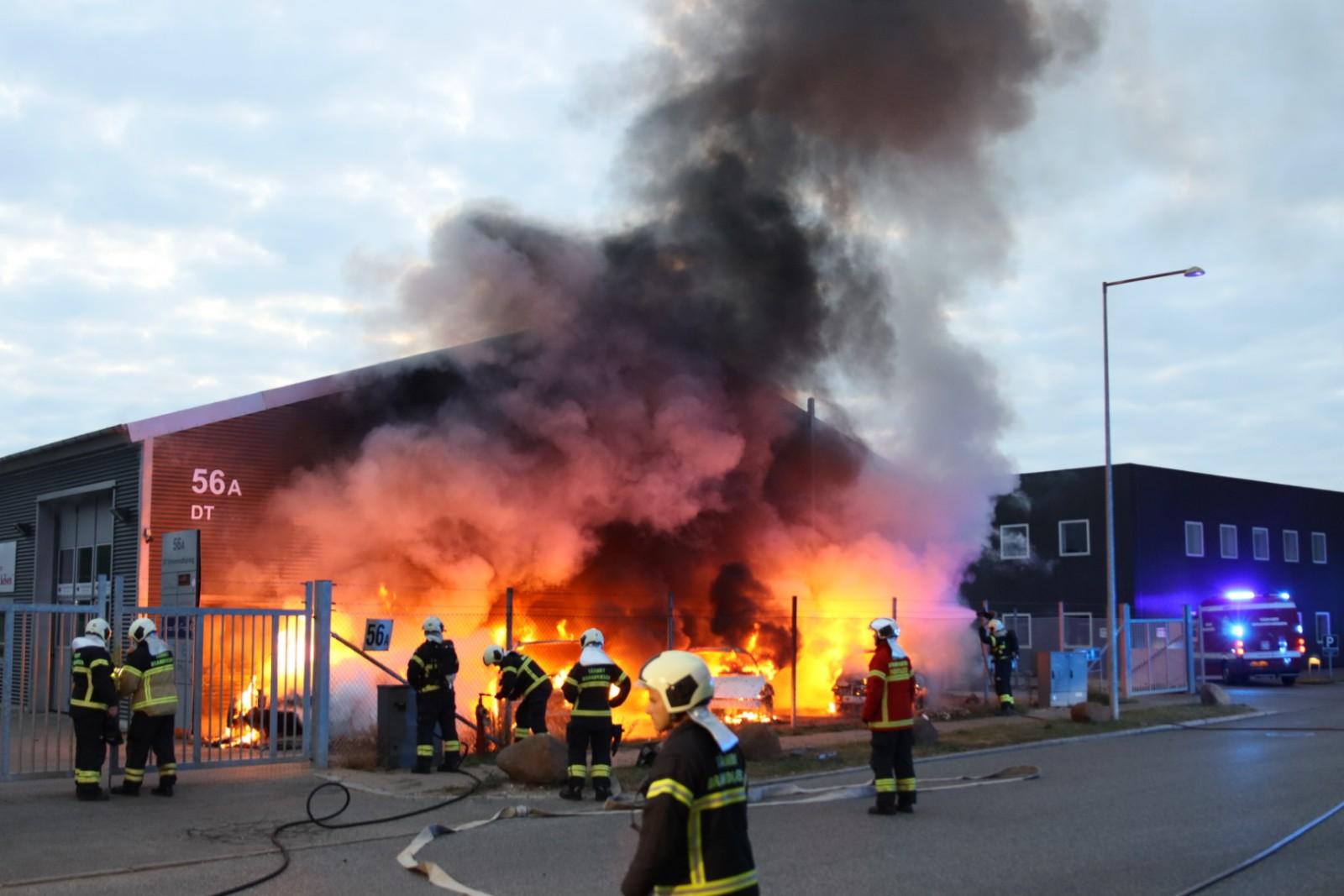 Brand hos bilfirma - flere biler i brand