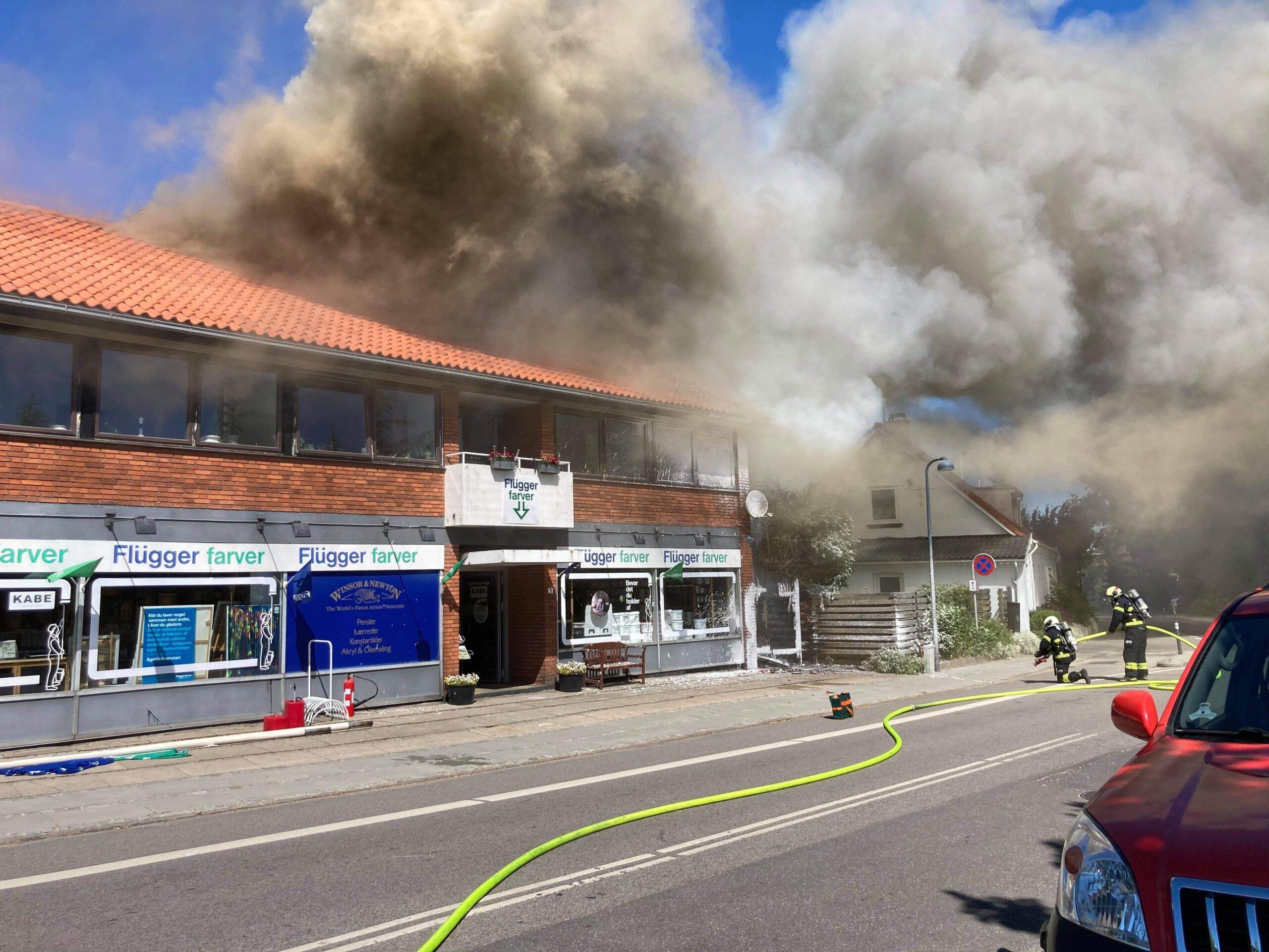 Voldsom butiksbrand i Stenløse - brandvæsnet kæmper med slukningen