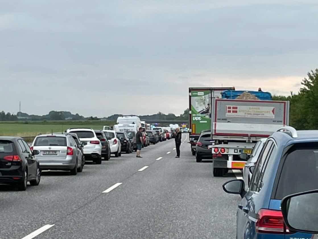 Kæmpe kø - motorvej spærret af væltet lastbil