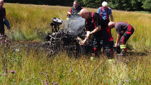 Udbrændt ATV i fare for at antænde mark