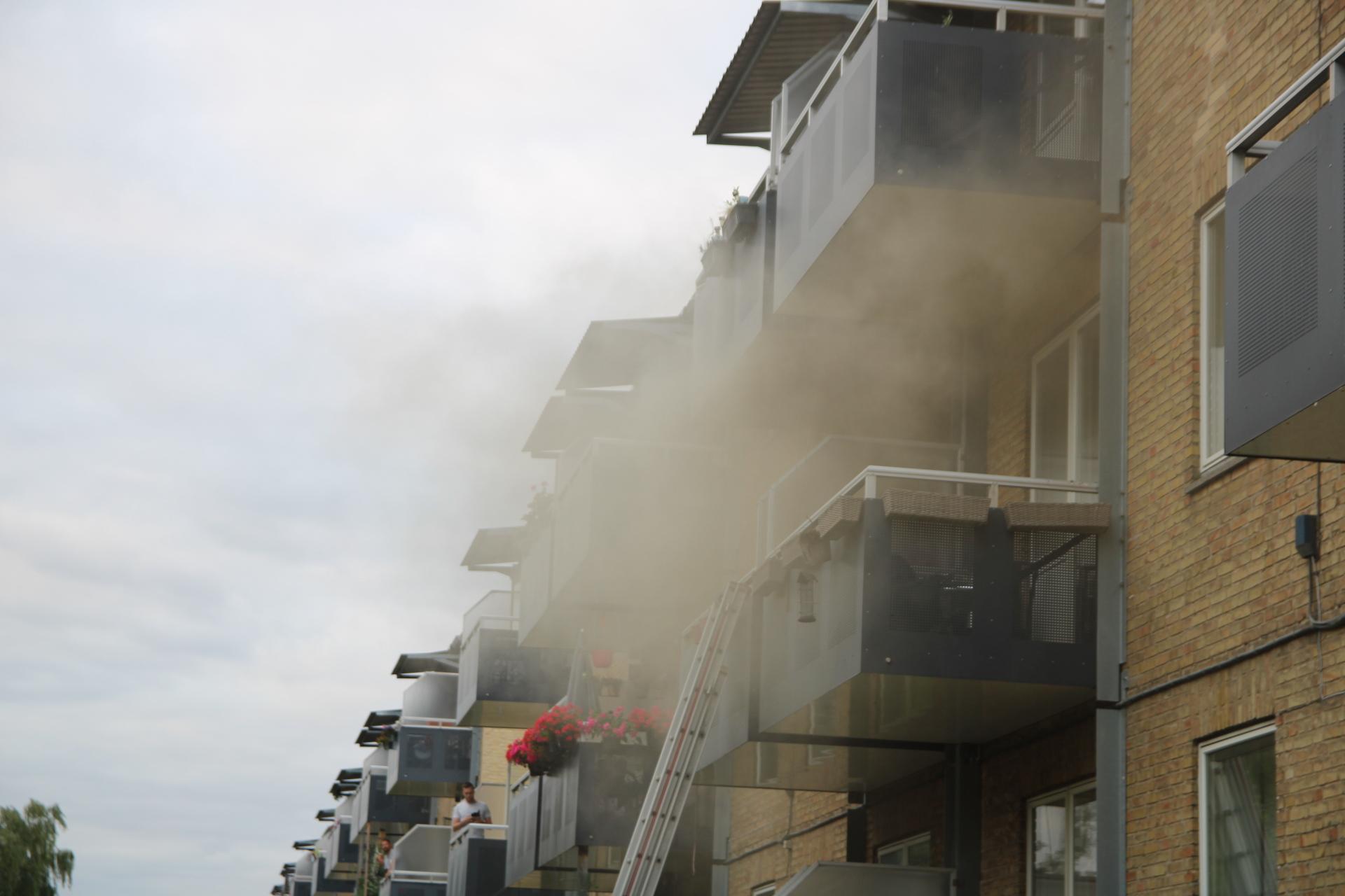 Voldsom brand i lejlighed