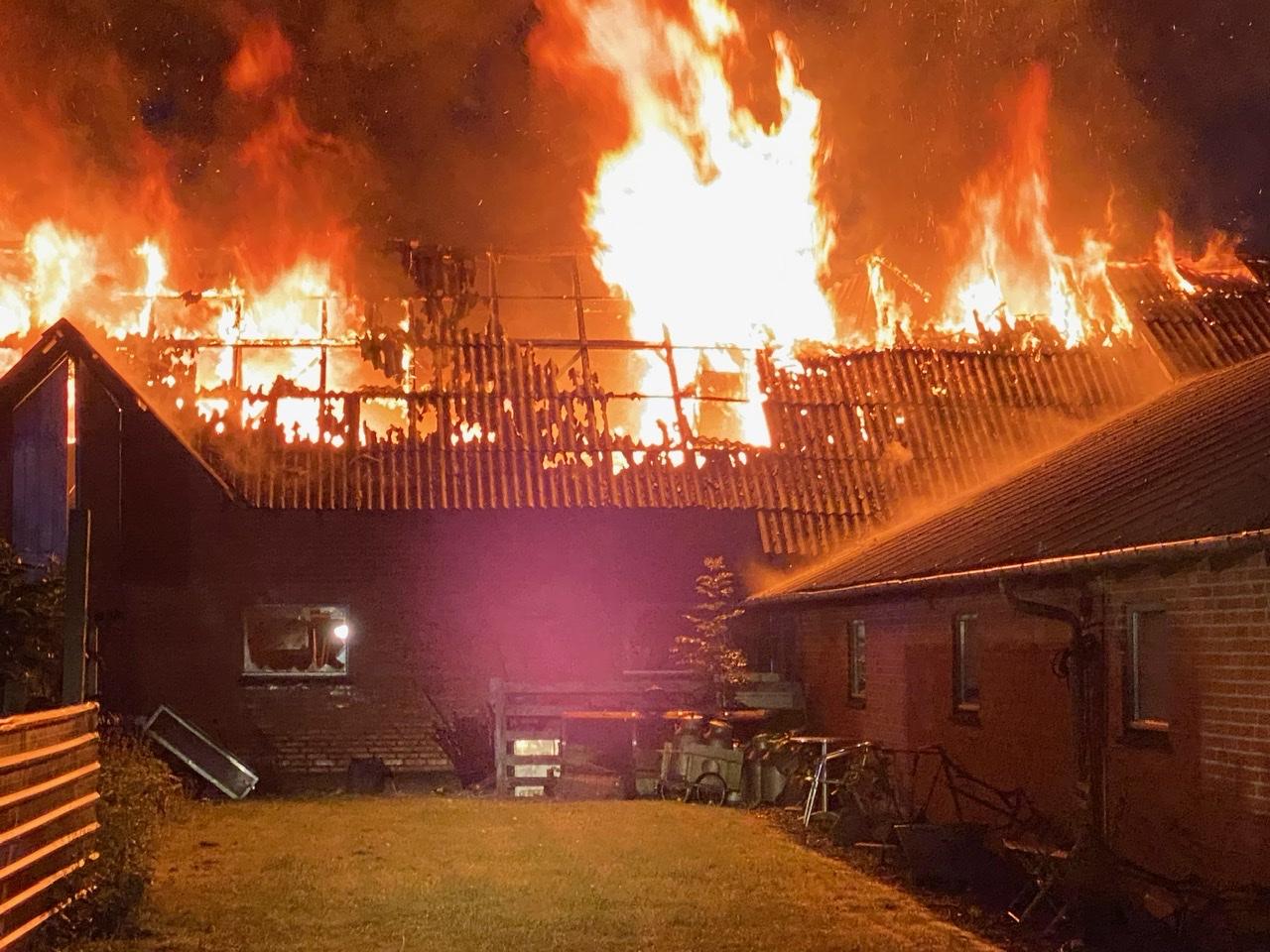 Voldsom gårdbrand i Fjerritslev - assistance tilkaldt