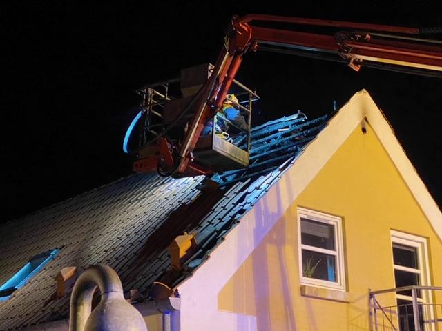 Lynnedslag i hus - brandvæsnet slukker branden