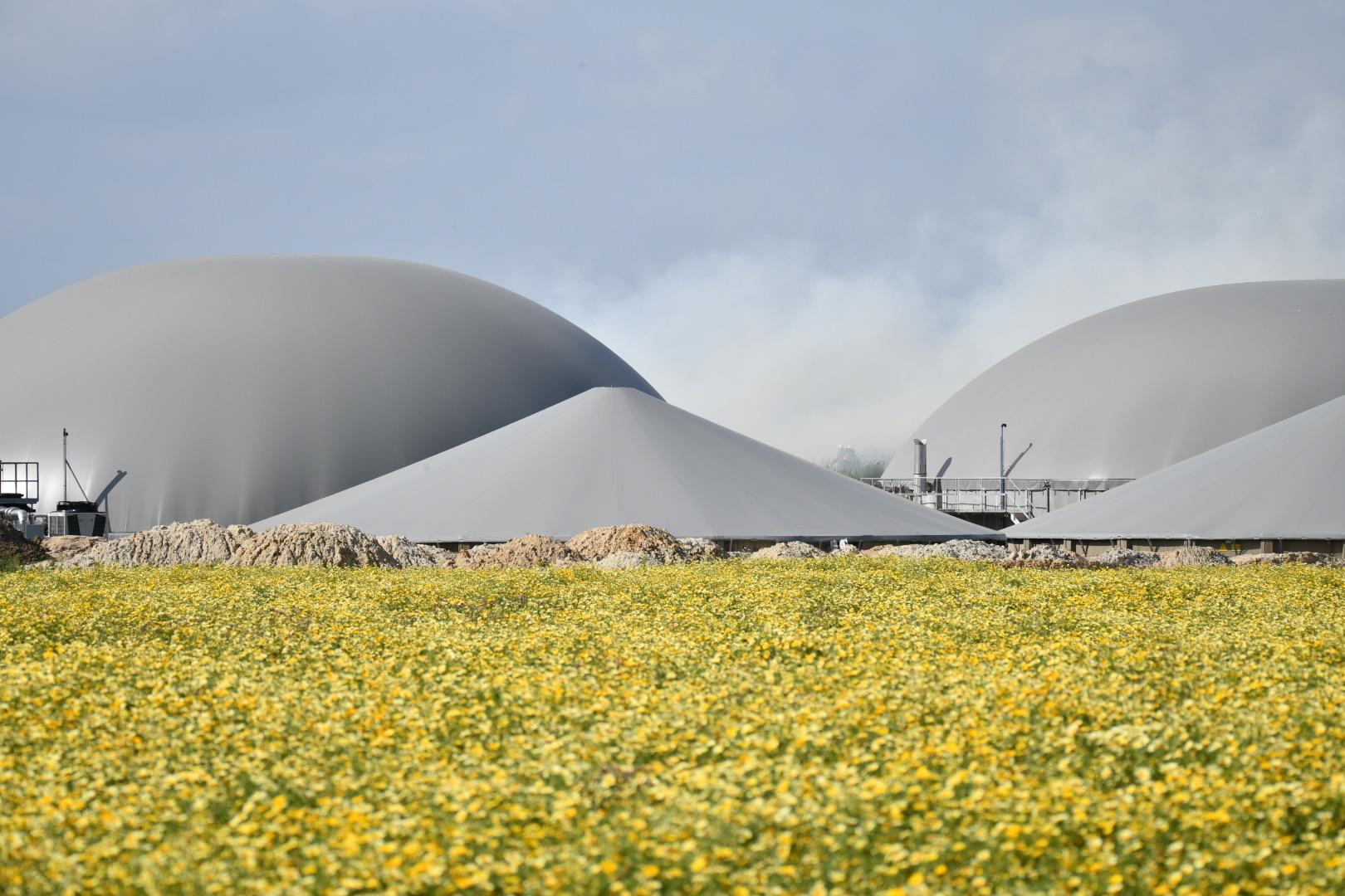Brand ved biogasanlæg - flere slukningskøretøjer på stedet