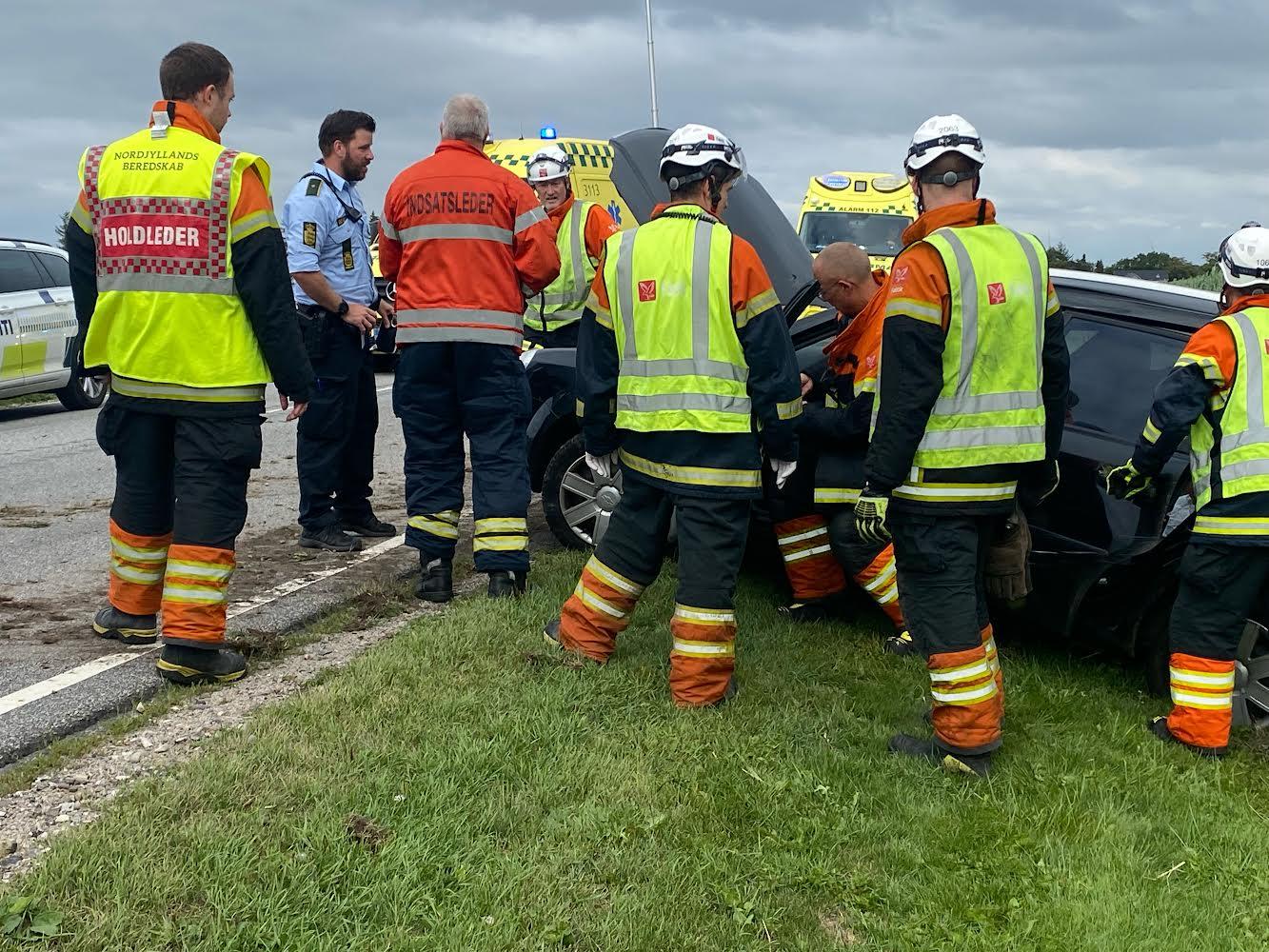 Voldsom bilulykke - bil på siden i grøft