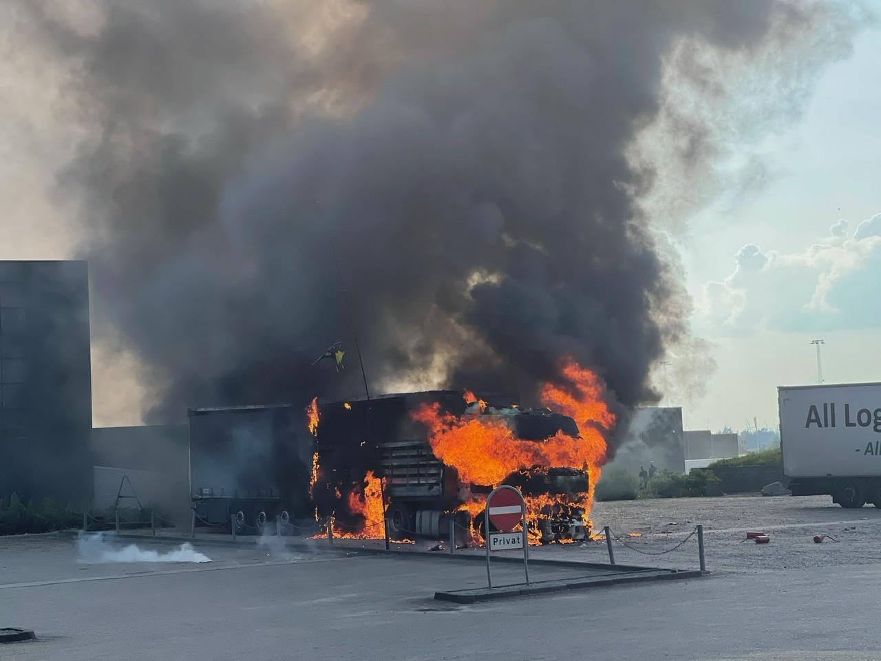 Voldsom brand i udenlandsk lastbil