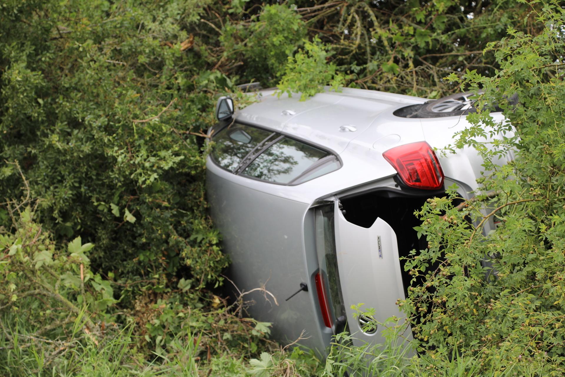 Voldsom soloulykke - bil på siden