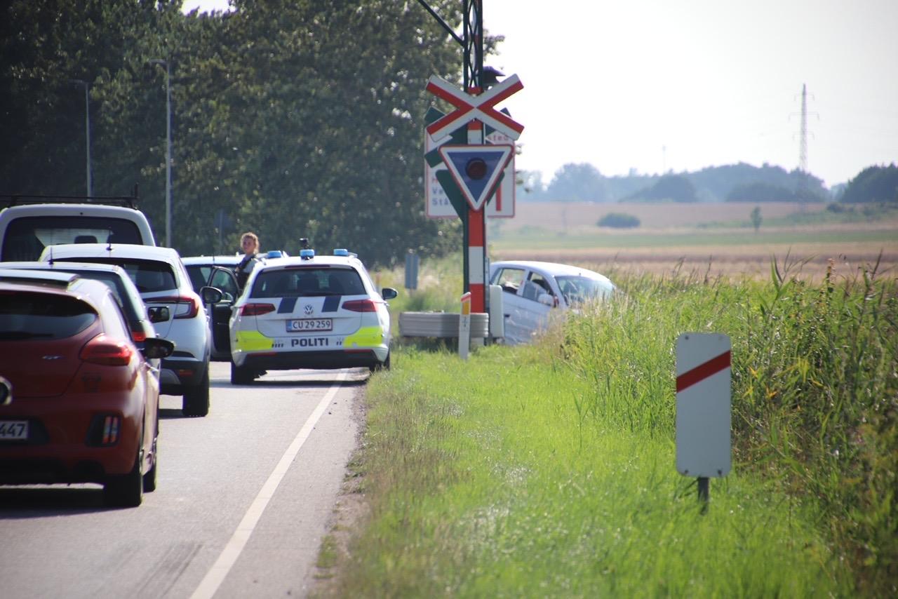 Bil har påkørt jernebaneskinner - Frederiksværk