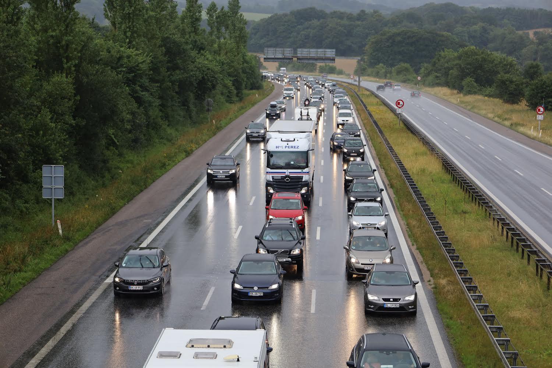 Kæmpe motorvejs kø - folk på vej hjem fra ferier