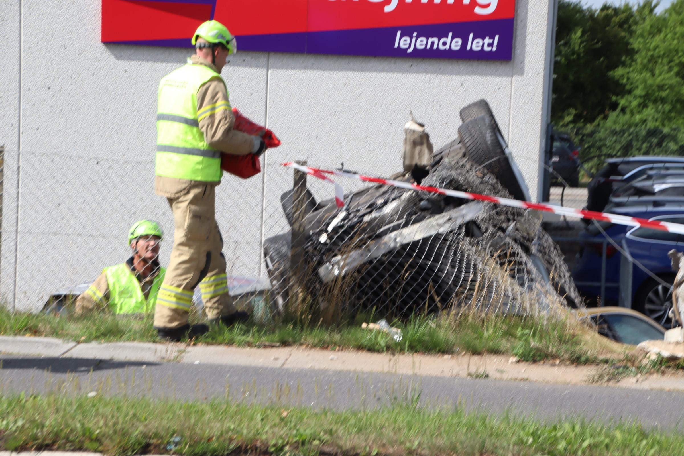 Voldsomt færdselsuheld med fastklemte - bil på taget