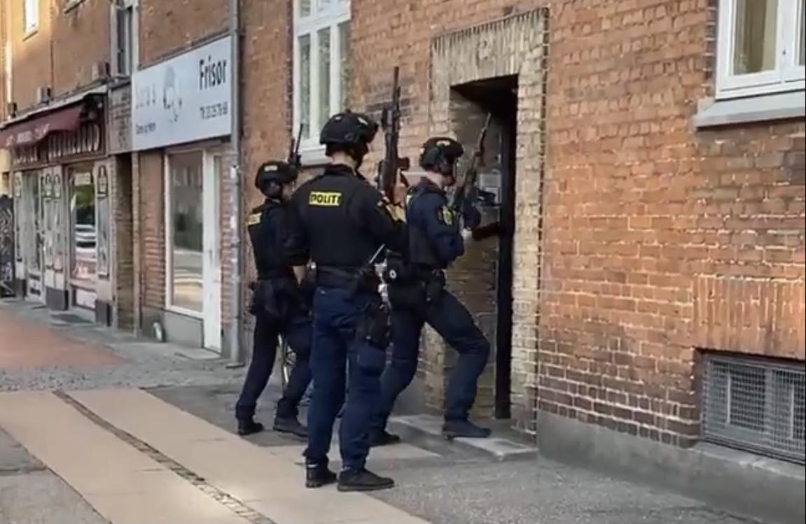 Stor politiaktion - tungt bevæbnet politi sparker dør ind