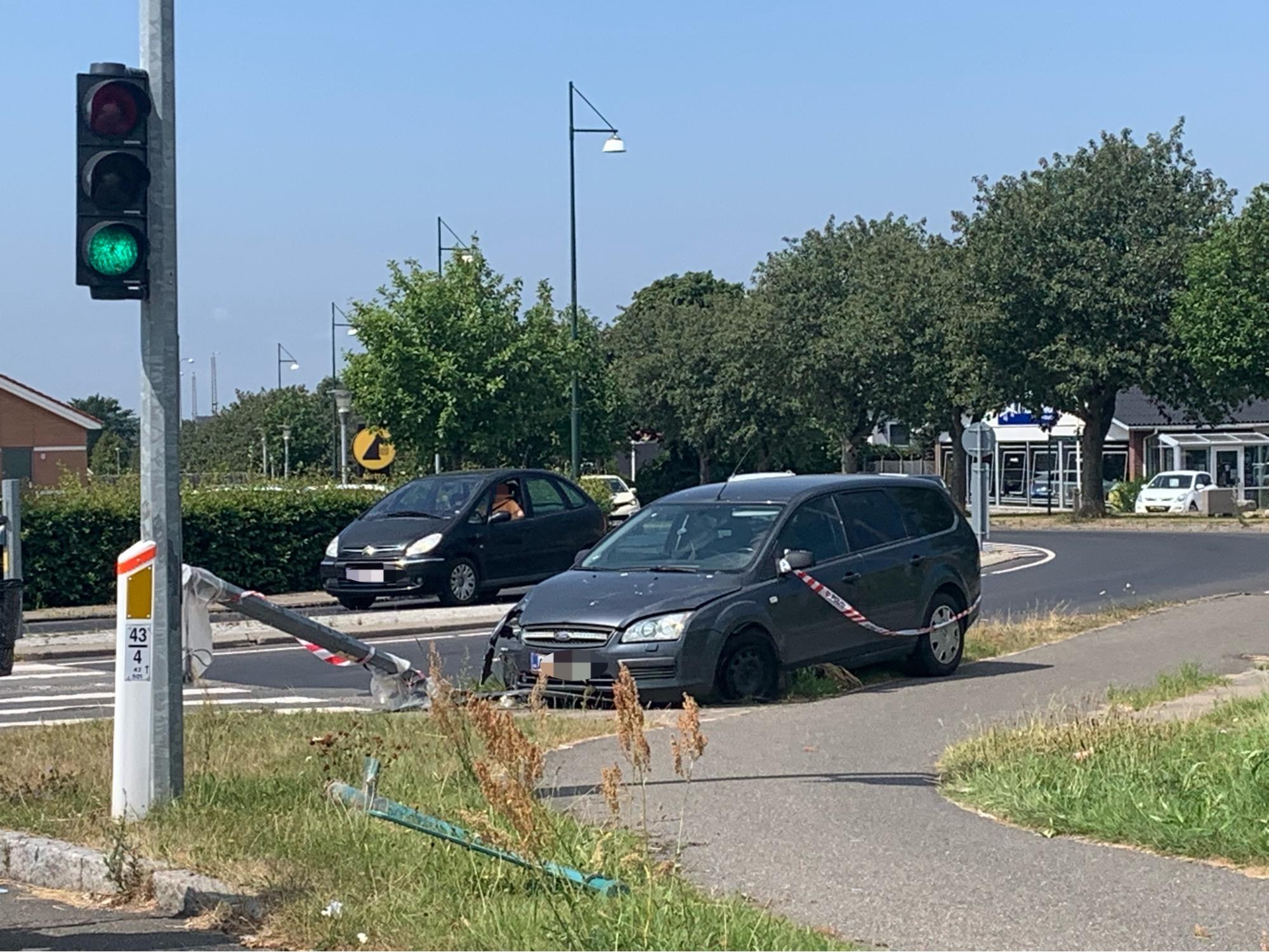 Bil påkørte lygtepæl - Middelfart