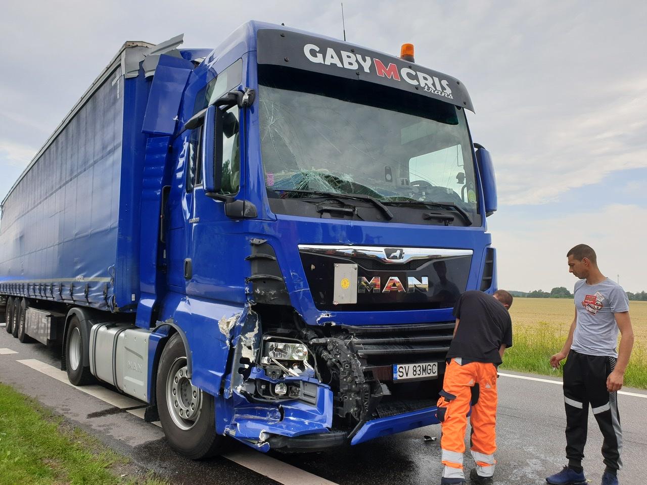 Lastbilulykke med to lastbiler spærrer vej