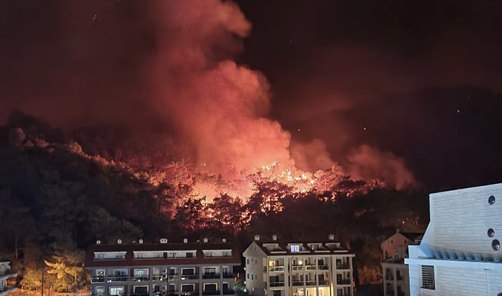 Skovbrande i Tyrkiet kan ses fra Rhodos