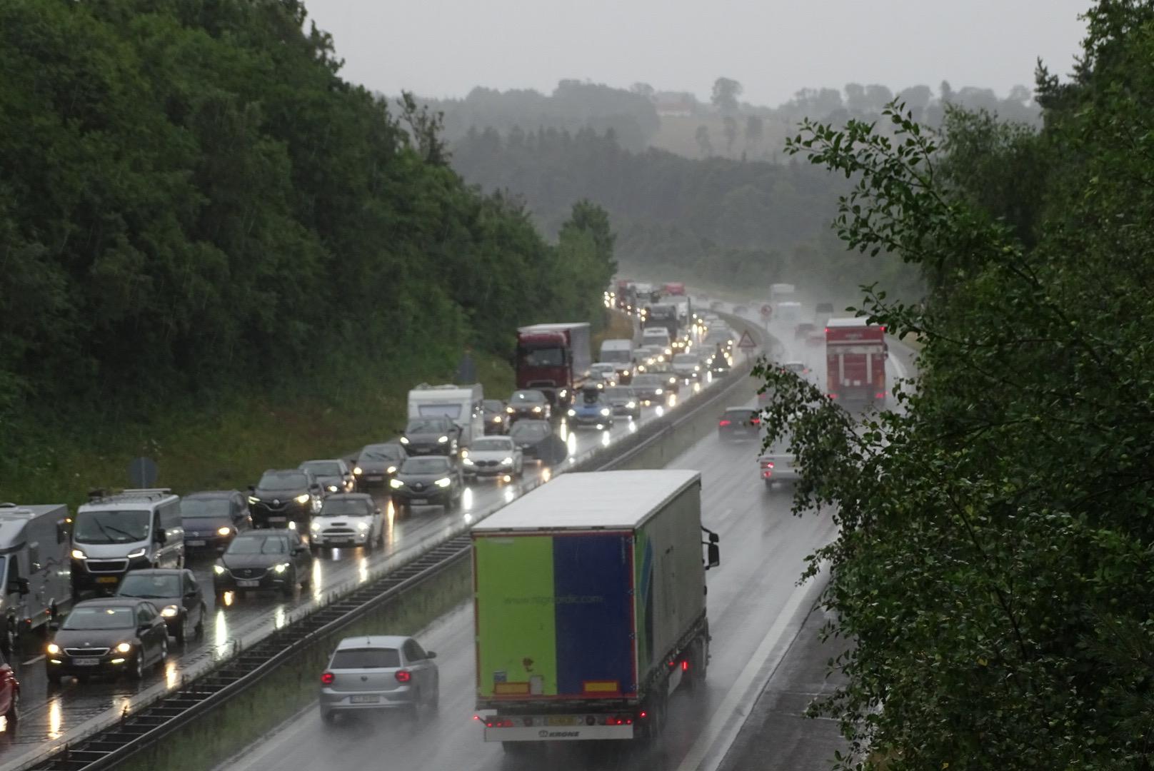 Lastbilulykke skaber vild kø på motorvej