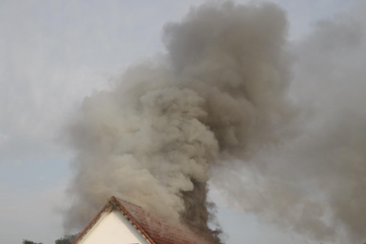 Voldsom bygningsbrand - røg vælter op fra taget