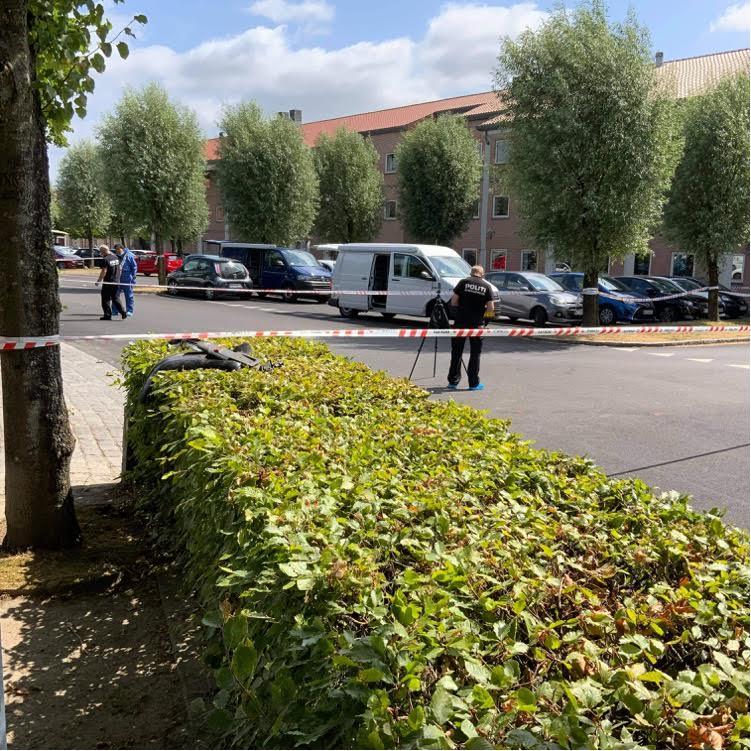 Politiet har afspærret større område - person stukket af