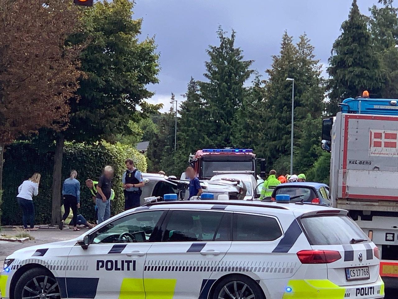 Tre biler i uheld i Slagelse - bil på siden