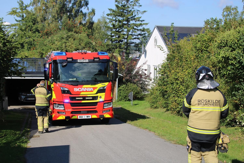 Brand i skur i Roskilde - brandvæsnet er på stedet