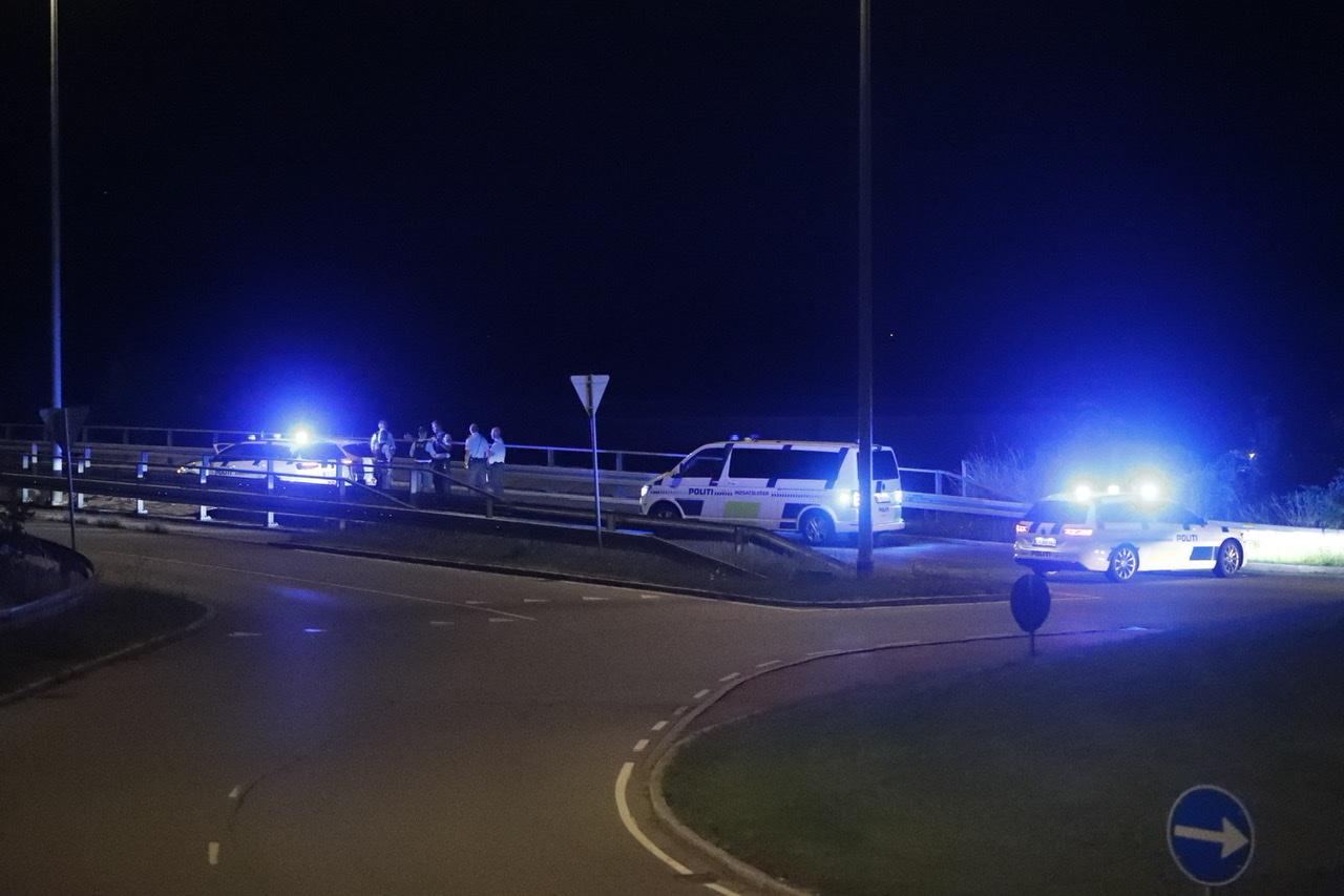 Politibil kører bildør af vanvidsbilist efter biljagt