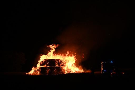 Brand i halmstak - brandvæsnet kæmper med slukningen