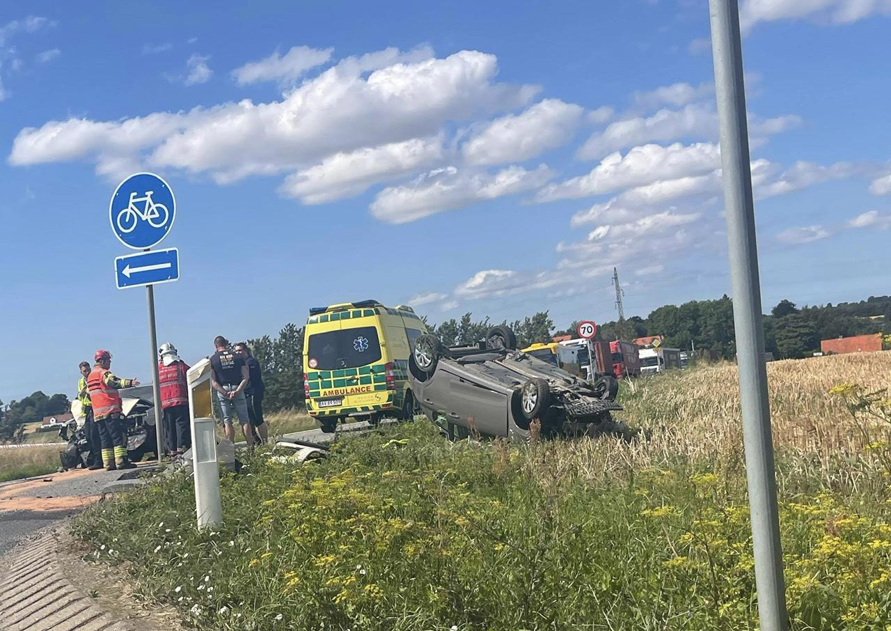 Voldsom ulykke i Slagelse - bil på taget