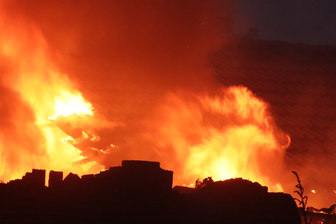 Massiv udrykning - villa i høje flammer