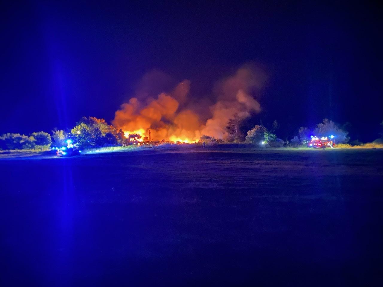 Voldsom gårdbrand i Tarm natten til søndag