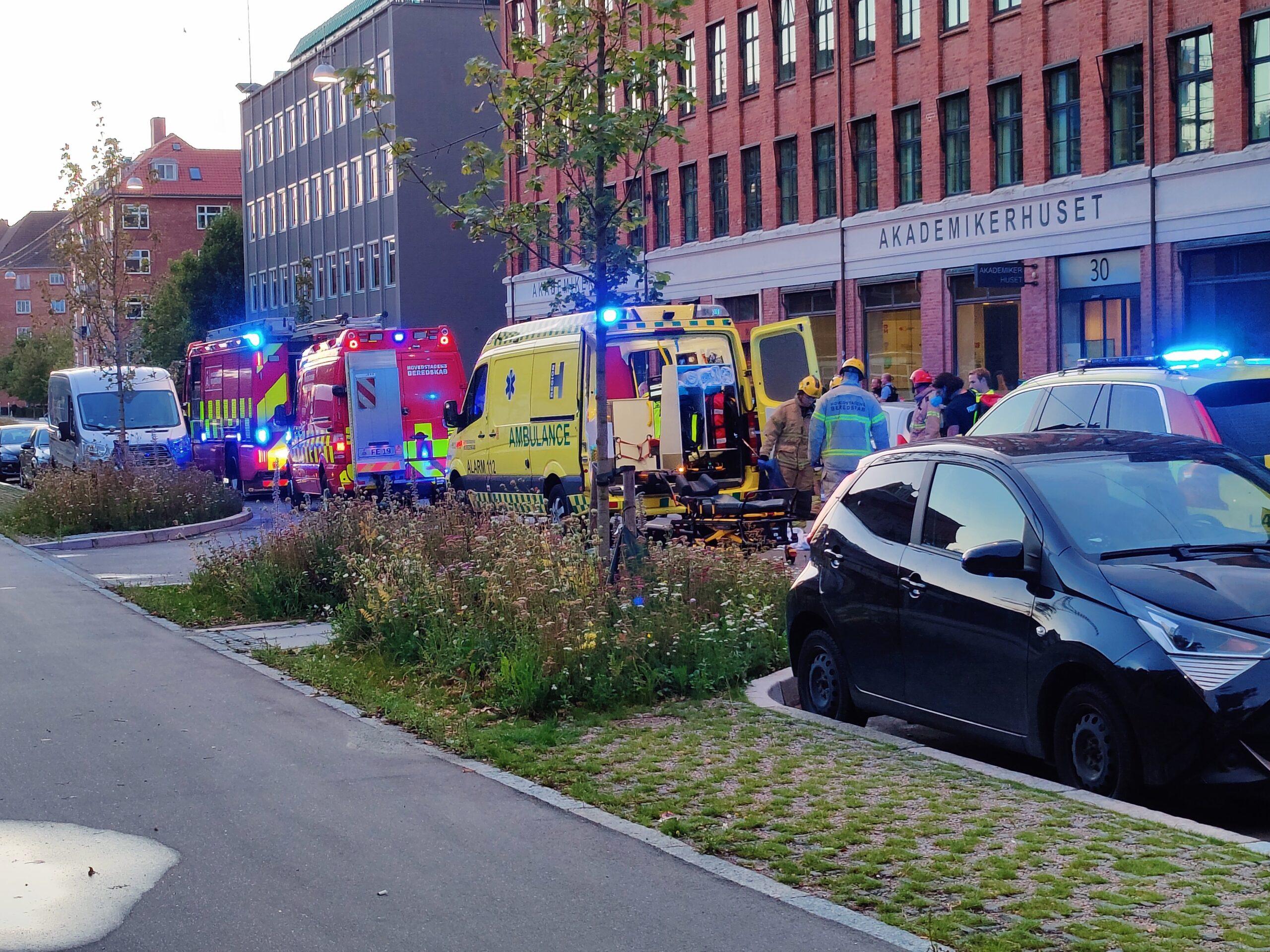 Kvinde faldet ud af bil under kørsel