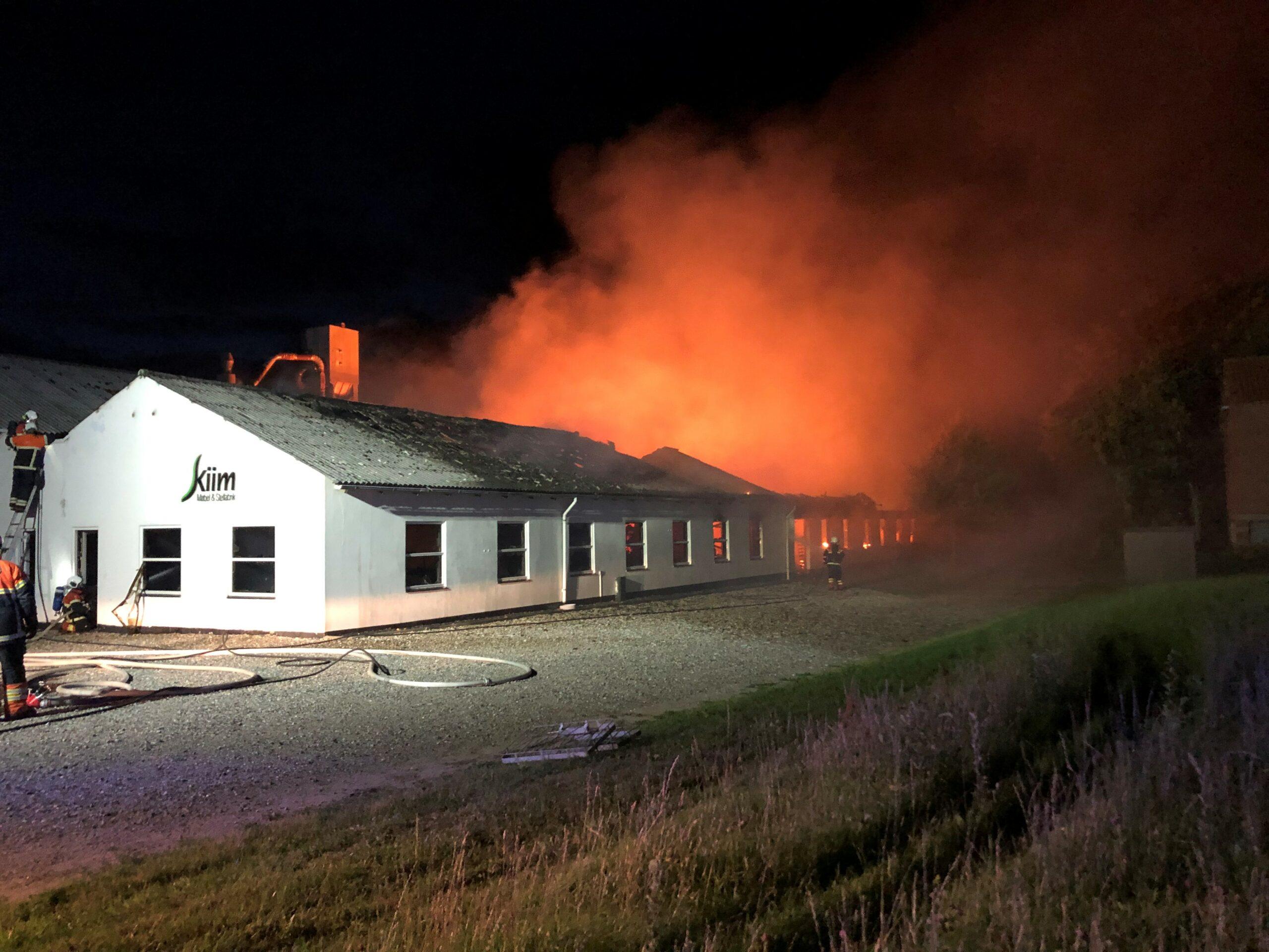 Voldsom brand - flere meter høje flammer og sort røg