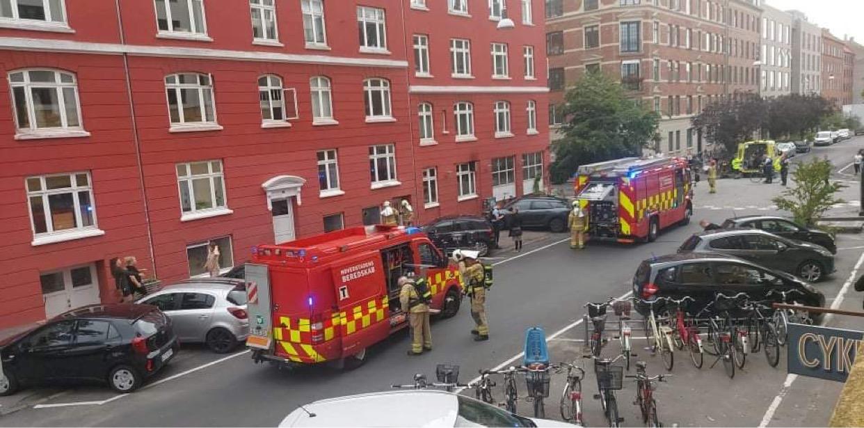 Bygningsbrand i København - røg står ud af vinduerne