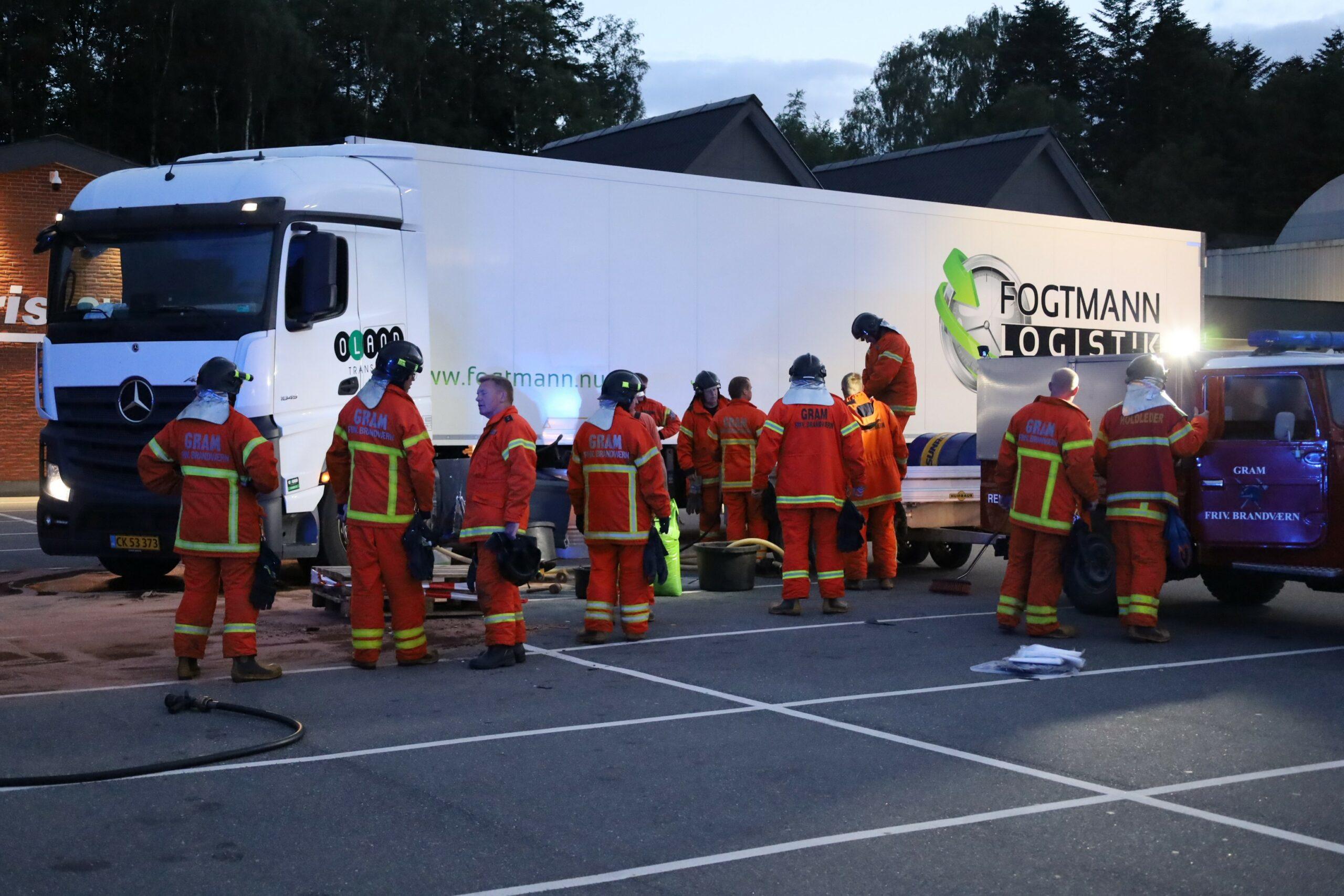 Stor forurening - lastbil påkører lygtepæl og taber 600 liter diesel