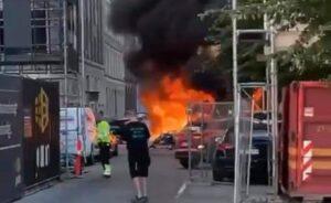 Heftig brand i skraldebil - flere personbiler udbrændt