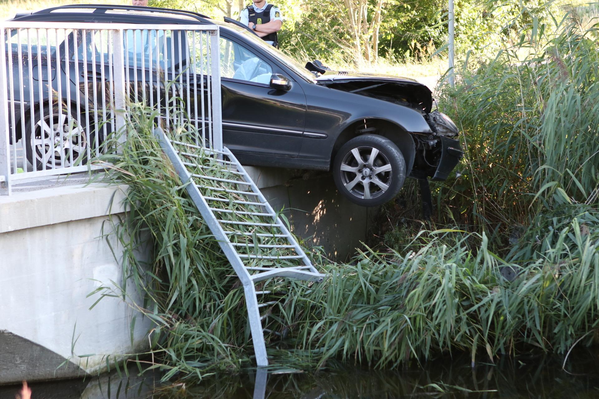 Bil hænger ud over bro - mistede herredømmet over bil