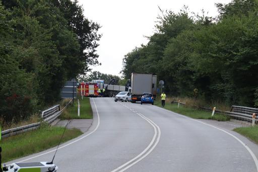 Lastbil og personbil kørt sammen - lægehelikopter tilkaldt