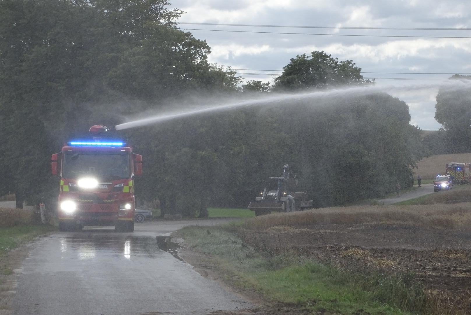 Voldsom markbrand i Mårslet - brandvæsnet kæmper med flammerne