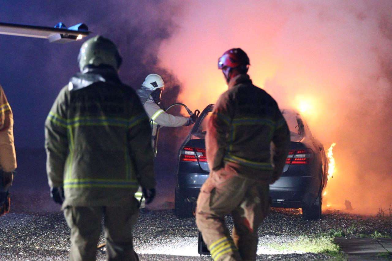 Kraftig bilbrand i Brabrand natten til lørdag - Mercedes udbrænder