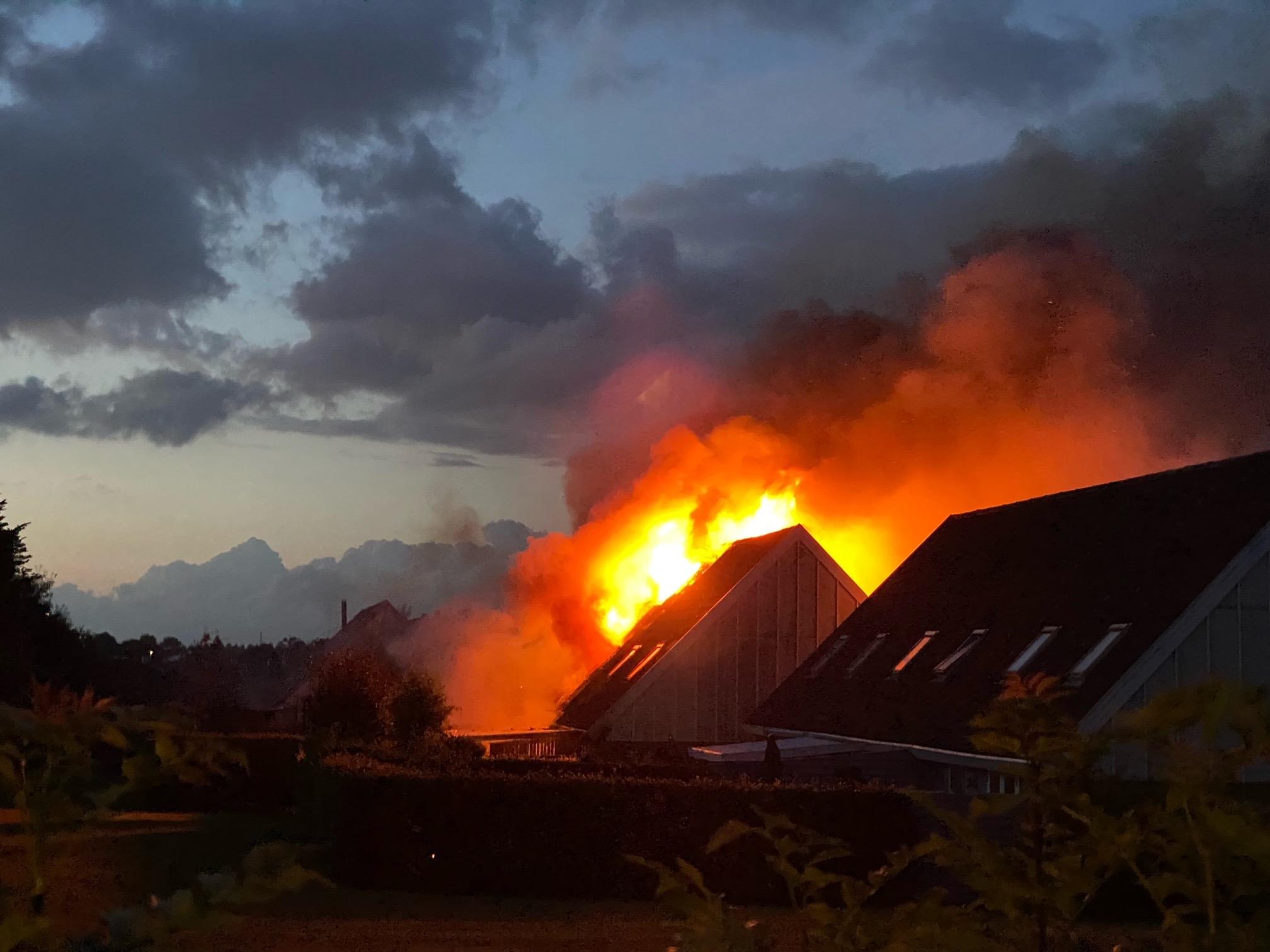 Kæmpe flammer - voldsom rækkehusbrand