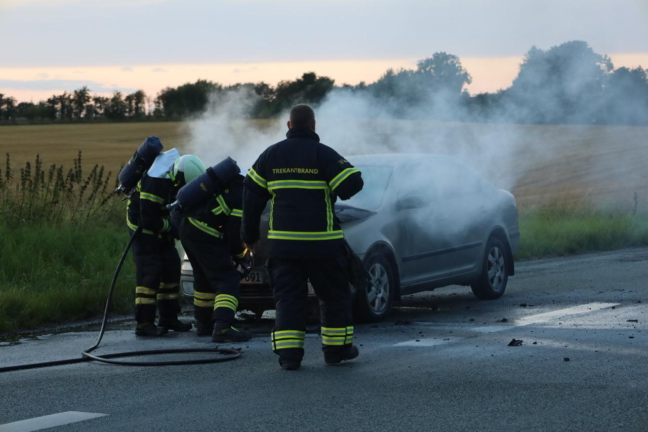 Bil brudt i brand under kørsel