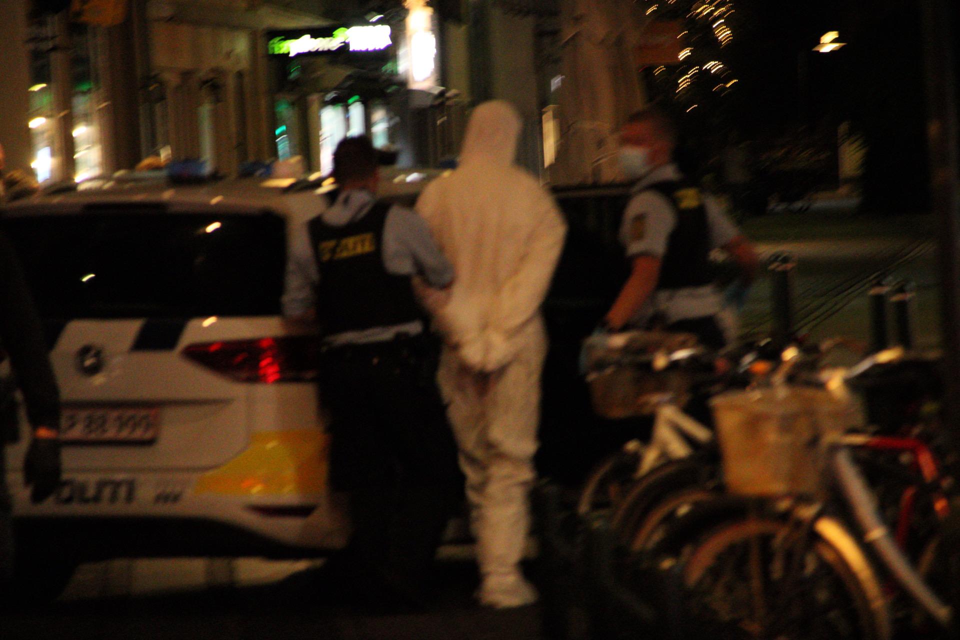 Uro på bar - en anholdt i DNA-dragt